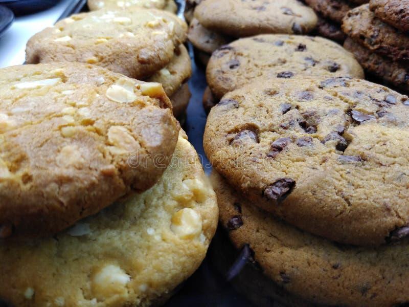 Cookies, variedade de cookies mornas, recentemente cozidas foto de stock