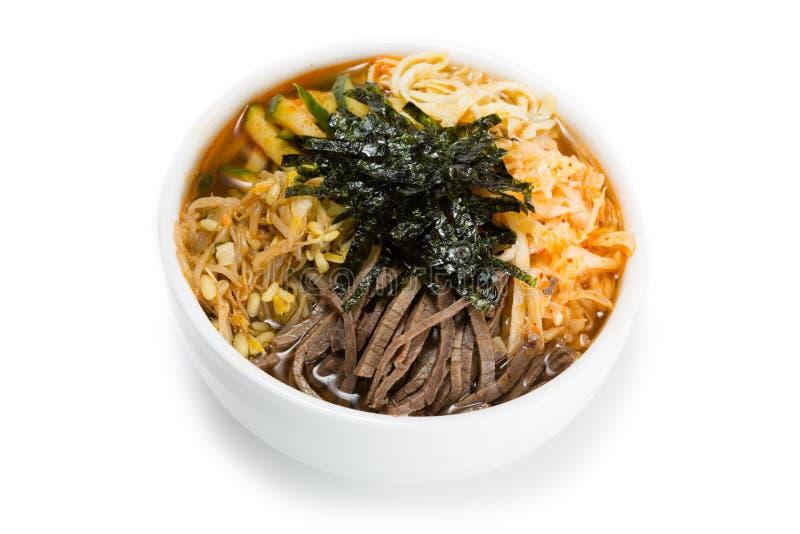 Cooksey un plat coréen des nouilles et des légumes minces images libres de droits