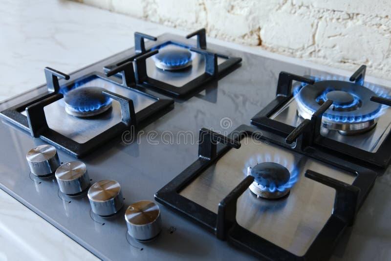 Cooktop mit brennendem Gaskocher Gaskocher mit blauen Flammen stockfotos