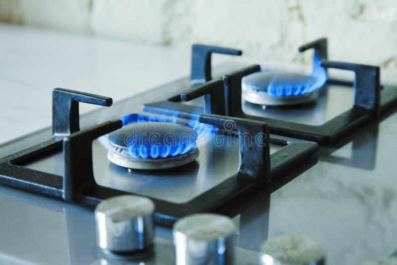 Cooktop mit brennendem Gaskocher Gaskocher mit blauen Flammen Abgetöntes Foto lizenzfreie stockfotografie