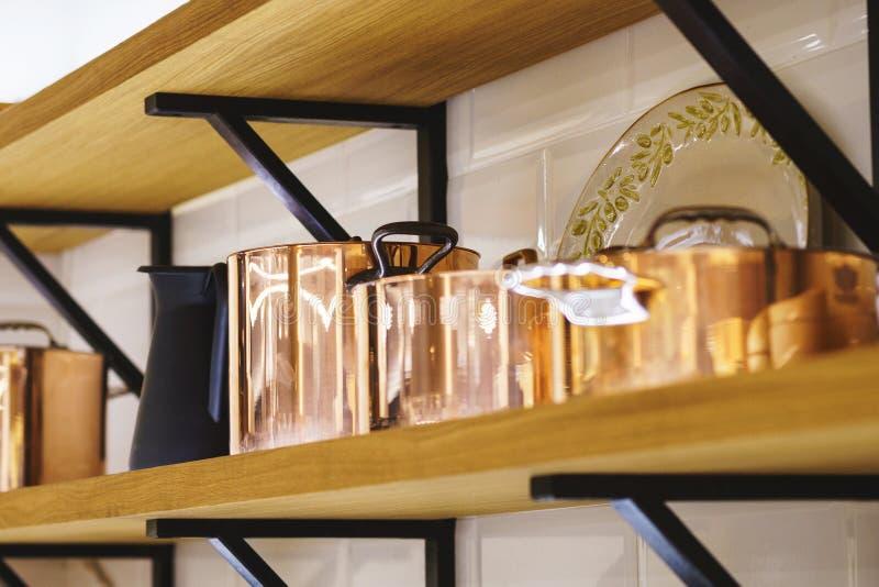 Cookware de cuivre classique pour la cuisson, les pots de cuivre et les seaux foyer mou et beau bokeh photographie stock libre de droits