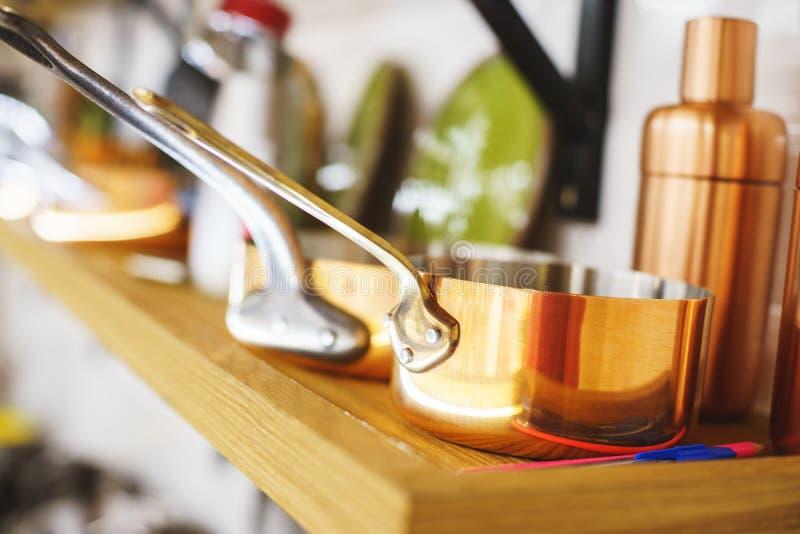 Cookware de cuivre classique pour la cuisson, les pots de cuivre et les seaux foyer mou et beau bokeh photographie stock