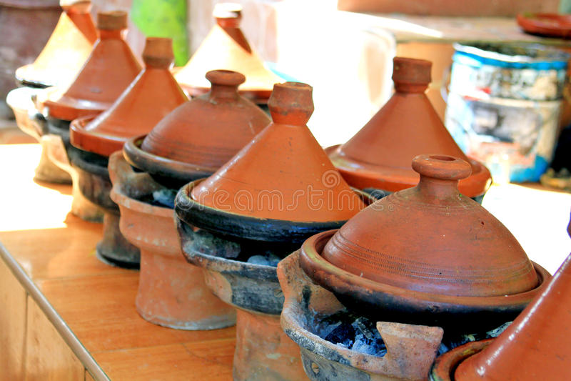 Cookware en céramique marocain - tajines images stock