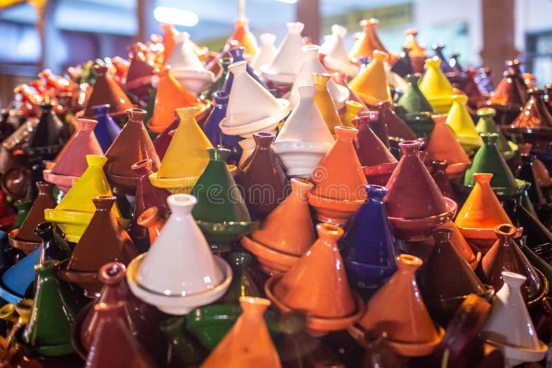 Cookware marroquí tradicional del tajine exhibido en mercado Recuerdos de Marruecos foto de archivo libre de regalías