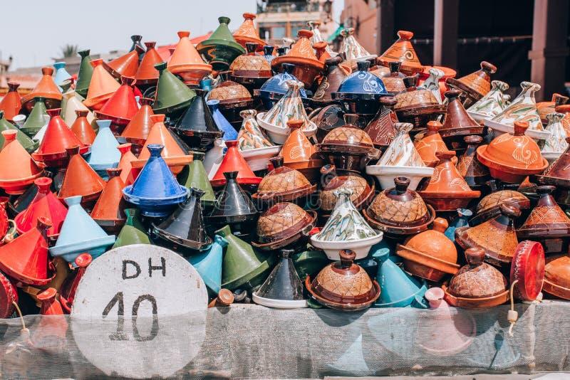 Cookware marroquino tradicional do tajine indicado no mercado Lembran?as de Marrocos fotografia de stock royalty free