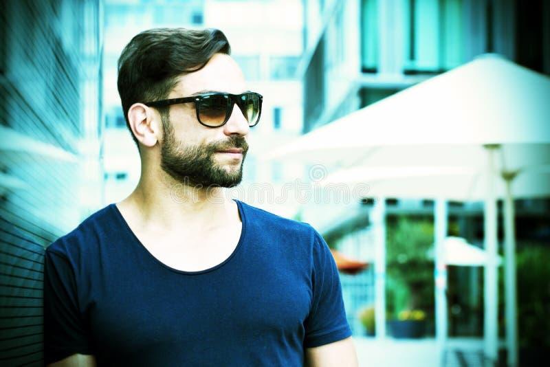 Cool mężczyzna z okularami przeciwsłonecznymi w mieście zdjęcia royalty free