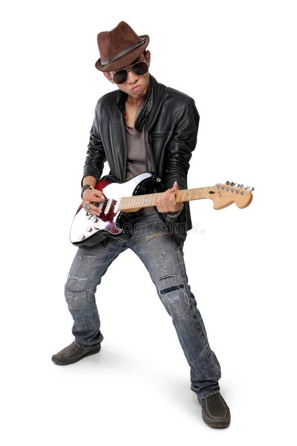 Cool pozę młody gitarzysta, odizolowywającą na bielu obrazy stock