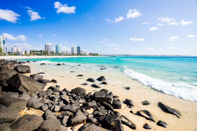 Coolangatta plaża na jasnym dniu patrzeje w kierunku Kirra plaży na Złocistym wybrzeżu zdjęcie royalty free