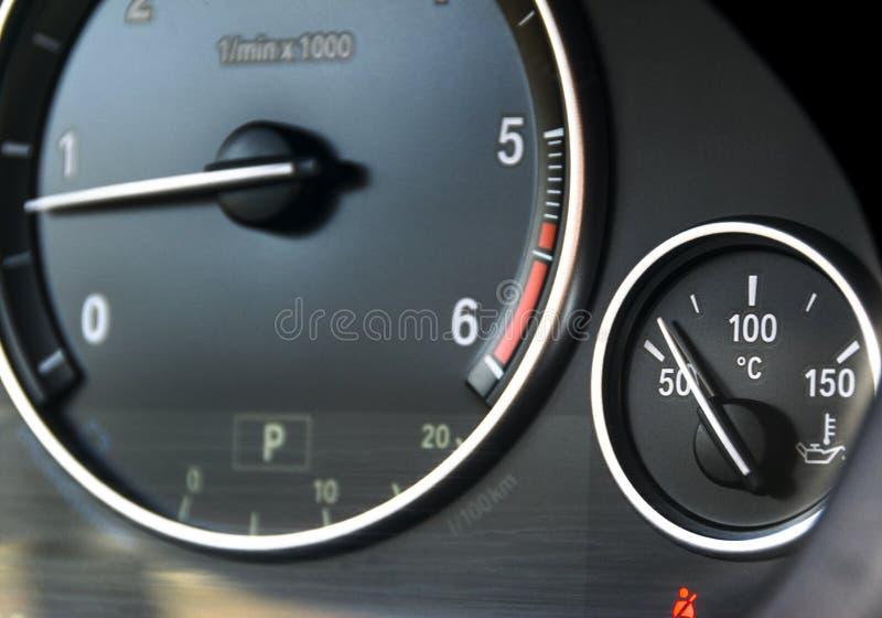 Coolant temperatury wymiernik i tahometer na samochodowej ` s desce rozdzielczej Samochodowi wnętrze szczegóły Zamyka w górę wido fotografia stock