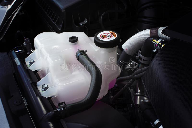 Coolant zbiornik z różowym ciekłym antifreeze obrazy stock