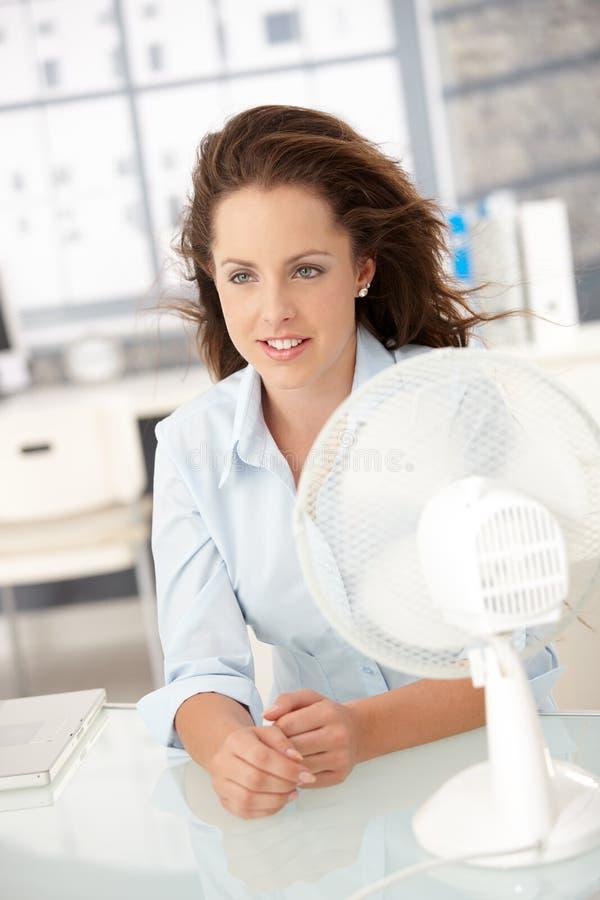 cooling fan front herself sitting woman young στοκ φωτογραφία