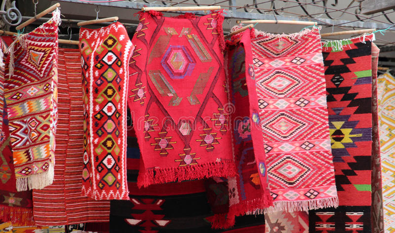Coooful macedonian hand - gjorda traditionella woolen filtar Ordet FÄRG på kulöra räknare i skarp fokus mot gråa suddiga bokstäve royaltyfri foto