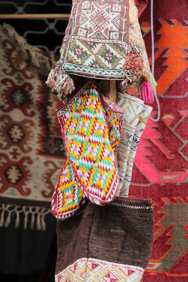 Coooful macedonian hand - gjorda traditionella woolen filtar Ordet FÄRG på kulöra räknare i skarp fokus mot gråa suddiga bokstäve royaltyfri fotografi