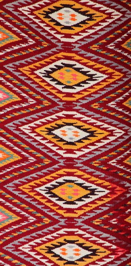 Coooful macedonian hand - gjorda traditionella woolen filtar Ordet FÄRG på kulöra räknare i skarp fokus mot gråa suddiga bokstäve arkivbild