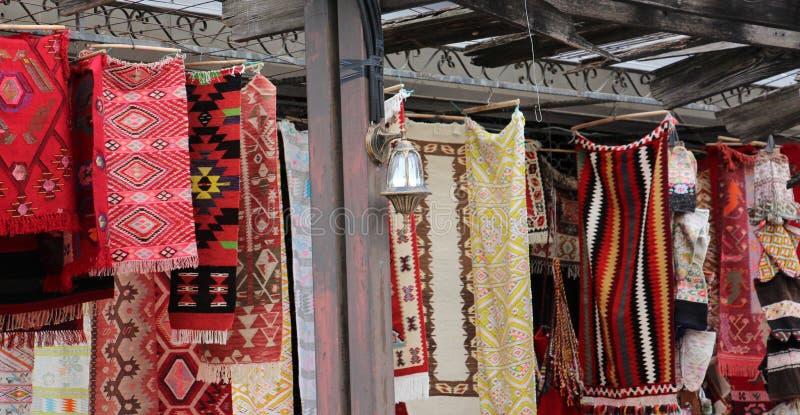 Coooful macedonian hand - gjorda traditionella woolen filtar Ordet FÄRG på kulöra räknare i skarp fokus mot gråa suddiga bokstäve royaltyfria bilder