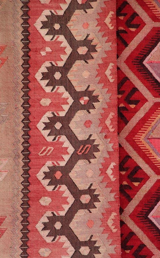 Coooful macedonian hand - gjorda traditionella woolen filtar Ordet FÄRG på kulöra räknare i skarp fokus mot gråa suddiga bokstäve arkivfoto