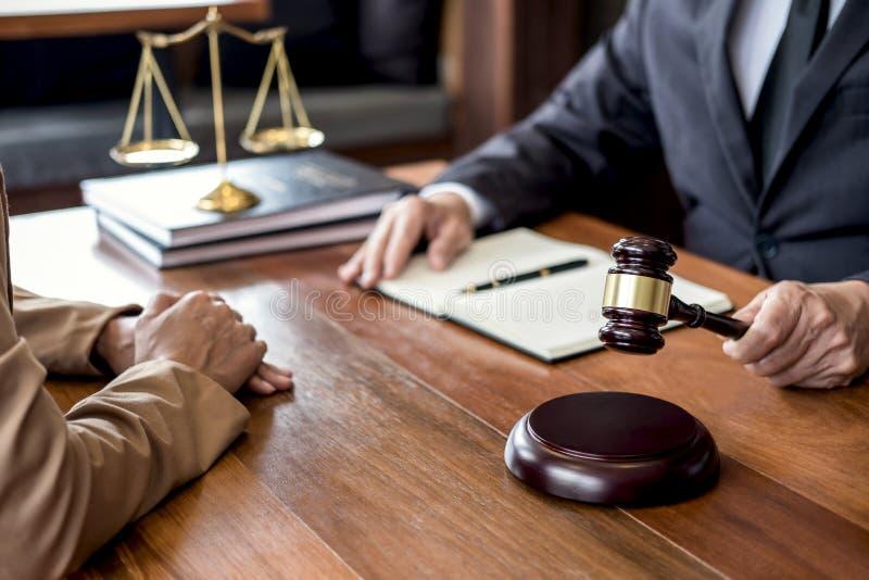 Coopération de service à la clientèle bonne, consultation entre le conseiller ou le client masculin d'avocat et de femme d'affair photographie stock libre de droits