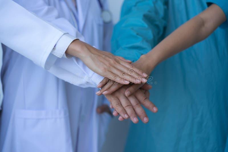 Coopération des médecins et des infirmières dans une équipe médicale image stock