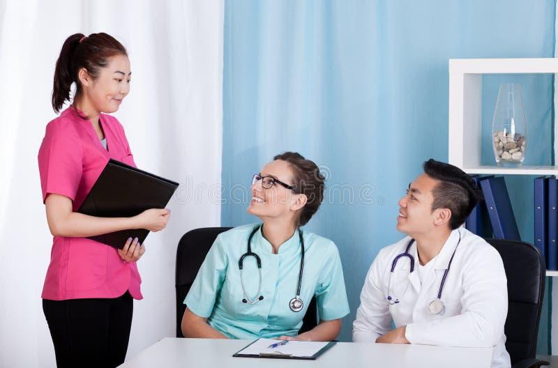 Coopération des médecins multi-ethniques image libre de droits