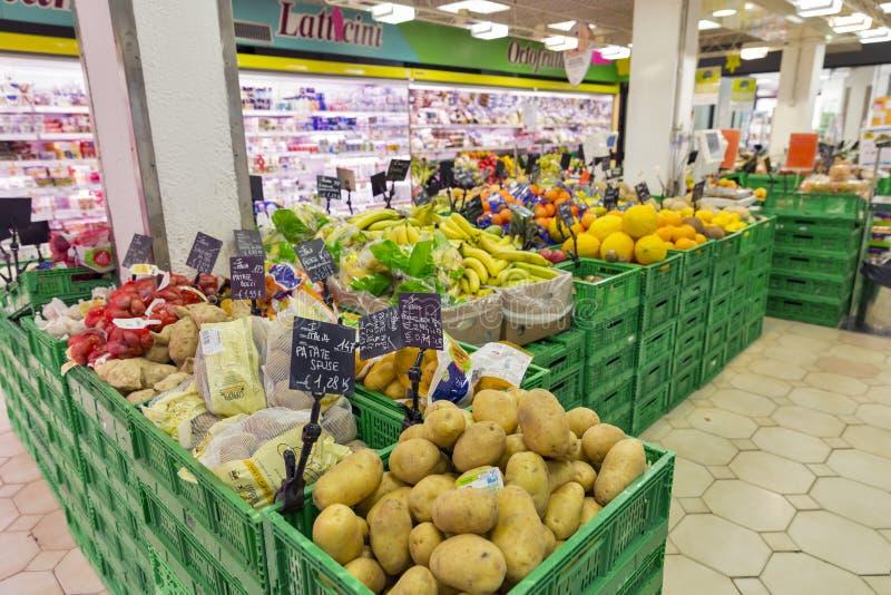 Coop le verdure del supermercato e fruttificato dipartimento in Murano, Italia immagine stock libera da diritti