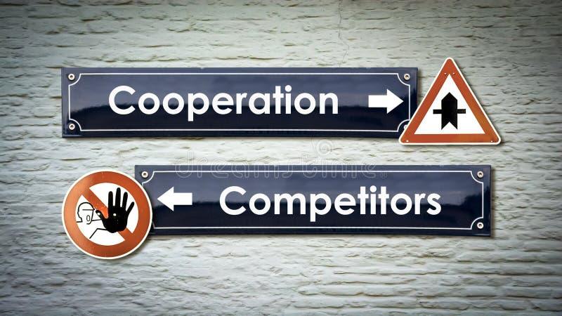 Coop?ration de plaque de rue contre des concurrents images libres de droits