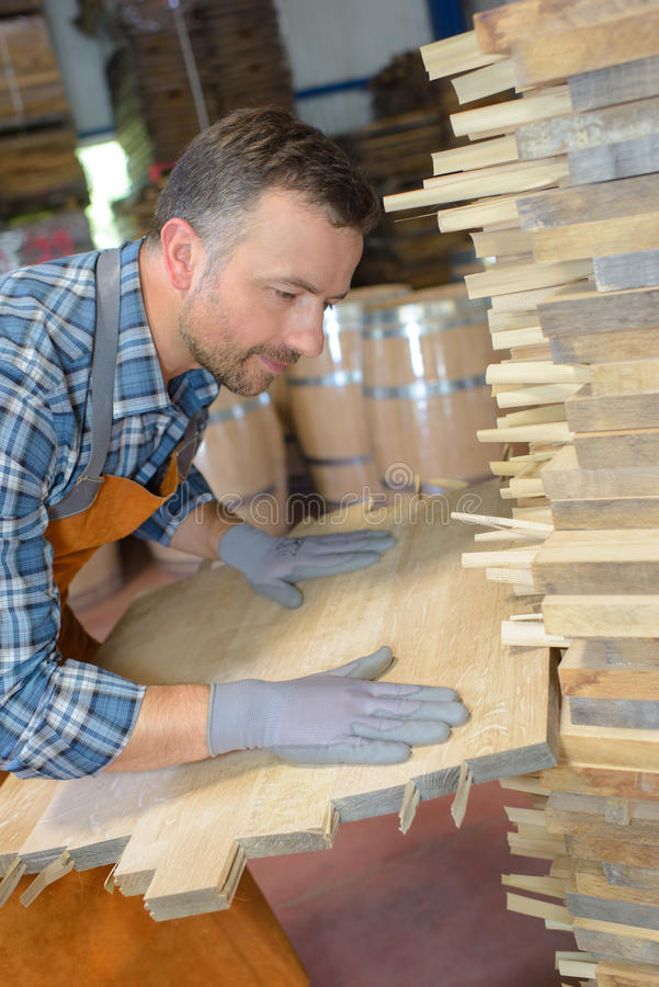 Cooper που ευθυγραμμίζει το ξύλο σανίδων στοκ εικόνες