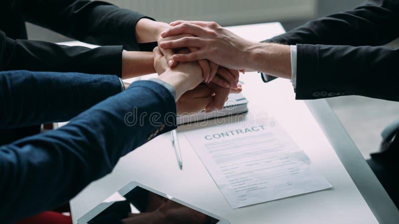 Cooperação bem sucedida dos trabalhos de equipe da parceria fotos de stock