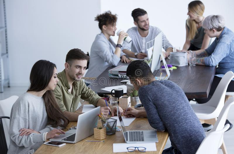 Cooperação entre colegas de trabalho e mulher de negócios imagem de stock