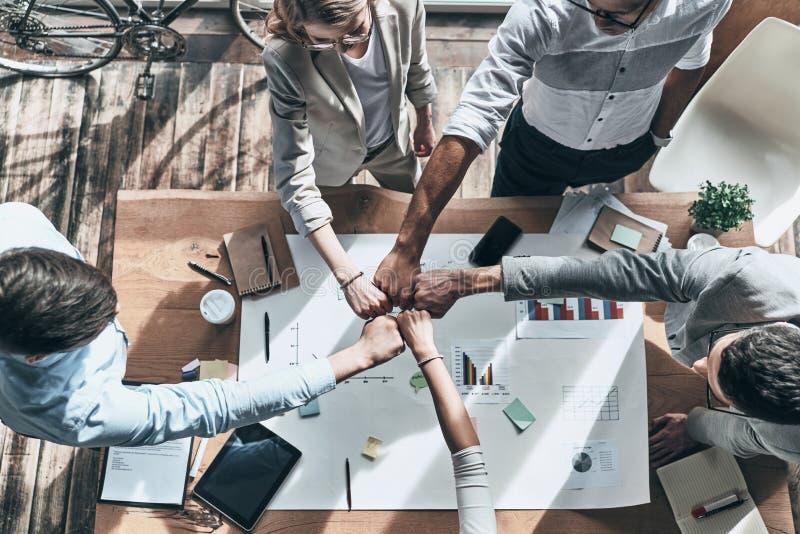 Cooperación Ciérrese encima de la opinión superior los colegas del negocio que llevan a cabo el fi fotografía de archivo libre de regalías