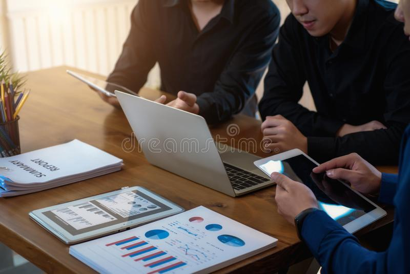 Cooperación en el grupo de trabajo de hombre de negocios para encontrarse en oficina Concepto del trabajo en equipo del logro fotos de archivo libres de regalías