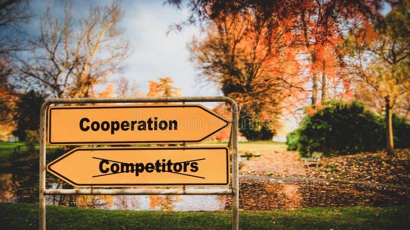Cooperaci?n de la placa de calle contra competidores imagenes de archivo