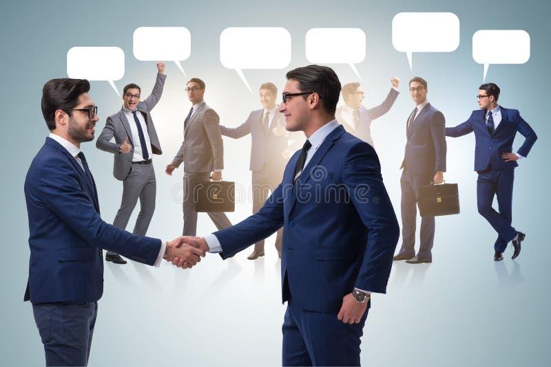 Cooperationa i pracy zespołowej pojęcie z uściskiem dłoni zdjęcia royalty free