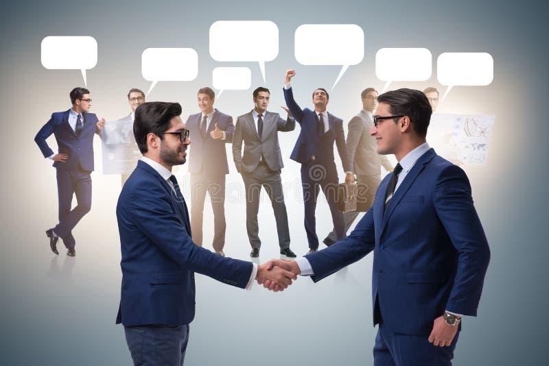 Cooperationa i pracy zespołowej pojęcie z uściskiem dłoni obraz stock