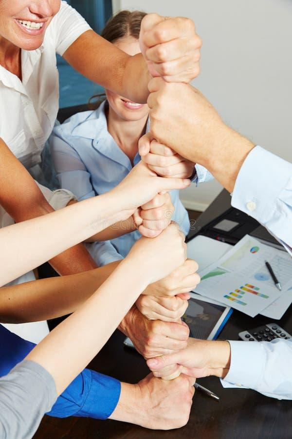 Cooperazione e lavoro di squadra con molti pugni impilati immagini stock
