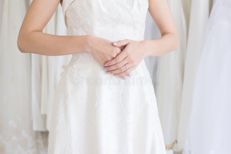 A coordenada da mão da noiva da mulher com anel de noivado em seu dedo, cerimônia no dia do casamento, fecha-se acima foto de stock royalty free