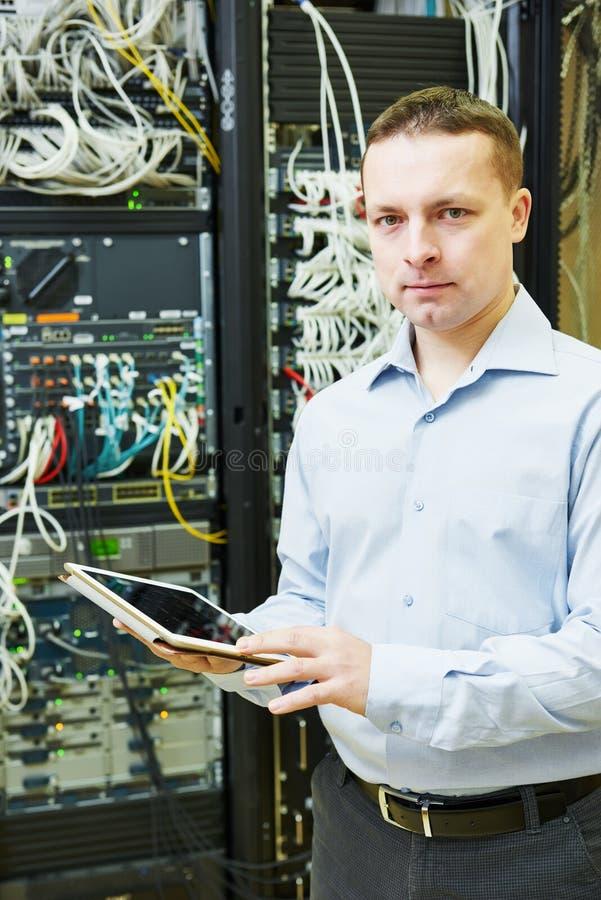 Coordenador admin da rede no centro de dados fotografia de stock