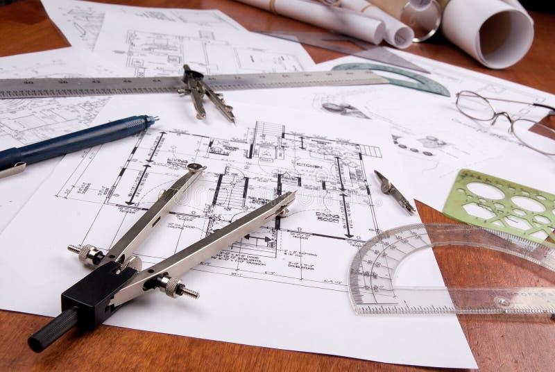 Coordenador, arquiteto ou plantas e ferramentas do contratante fotografia de stock royalty free
