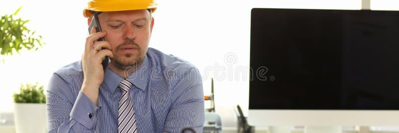 Coordenador caucasiano Working no modelo da casa imagem de stock