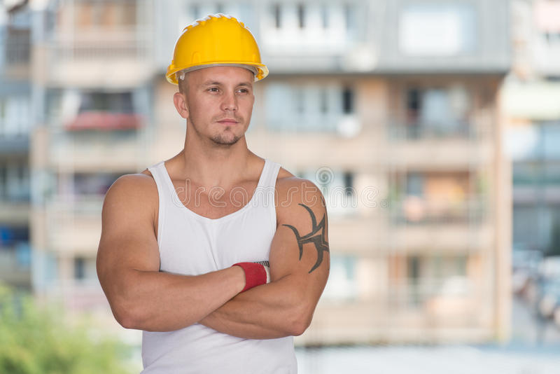 Coordenador Construction Wearing um capacete amarelo imagens de stock royalty free