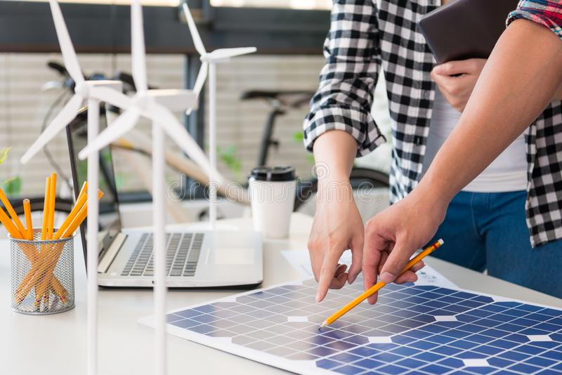 Coordenador da energia que aponta ao painel de energias solares imagens de stock