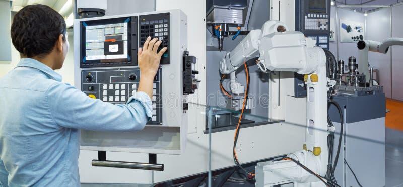Coordenador da manutenção que controla robótico industrial fotos de stock