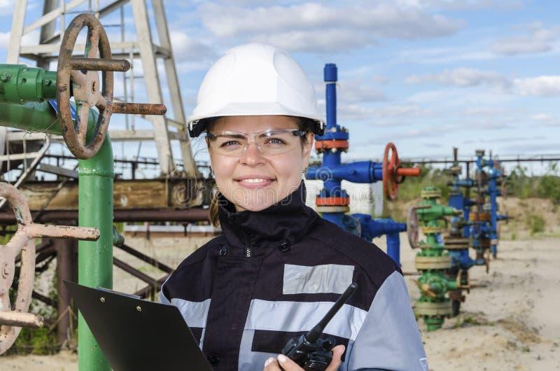 Coordenador da mulher no campo petrolífero fotos de stock