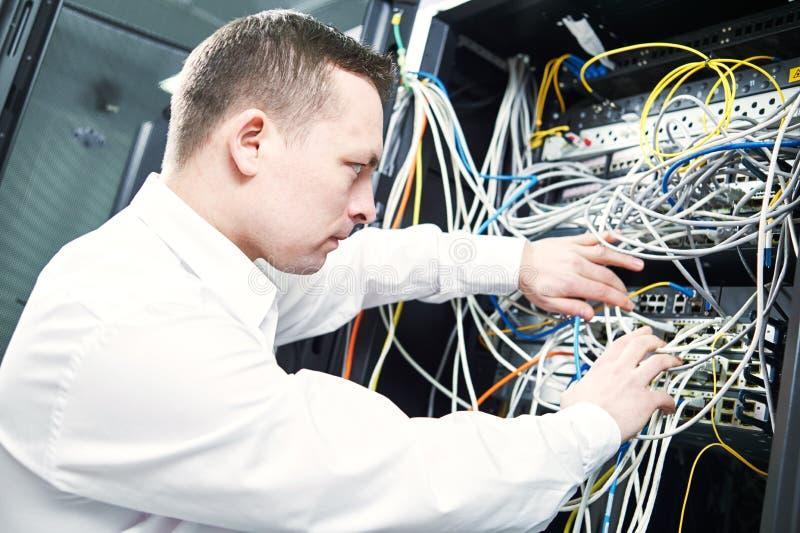 Coordenador da rede que administra na sala do servidor imagens de stock