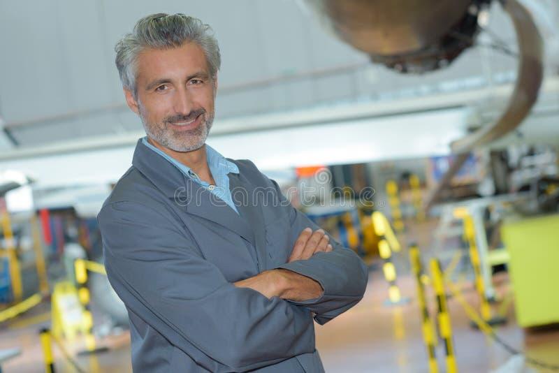 Coordenador de aviação do retrato no hangar foto de stock