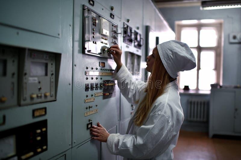 Coordenador de central nuclear que trabalha no central elétrica térmico imagem de stock