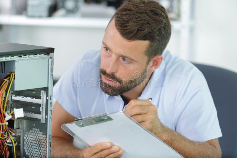 Coordenador de computador com diagnósticos do cartão-matriz foto de stock