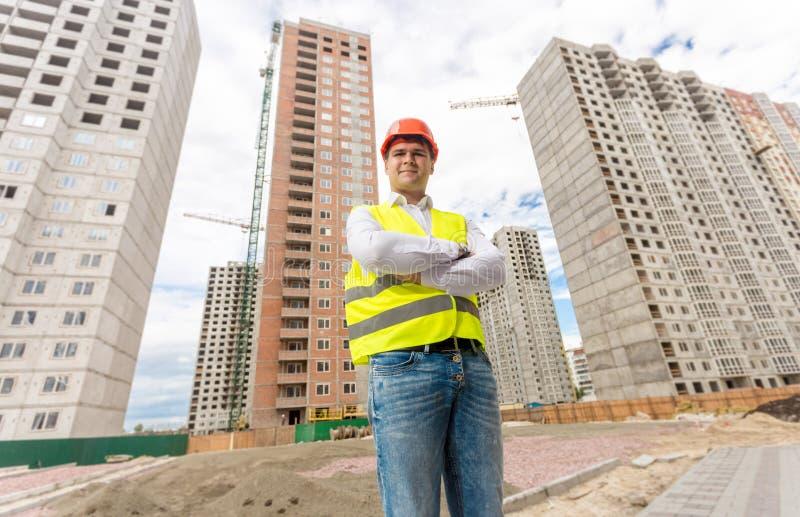 Coordenador de construção considerável que está no terreno de construção fotos de stock royalty free