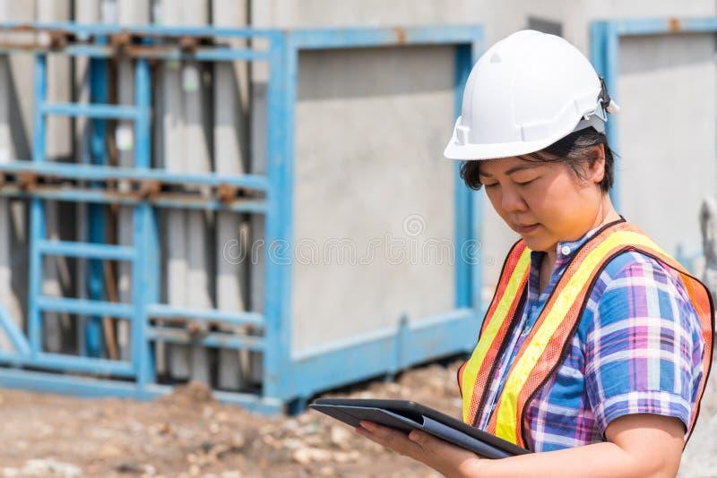 Coordenador de constru??o da mulher no canteiro de obras imagem de stock royalty free