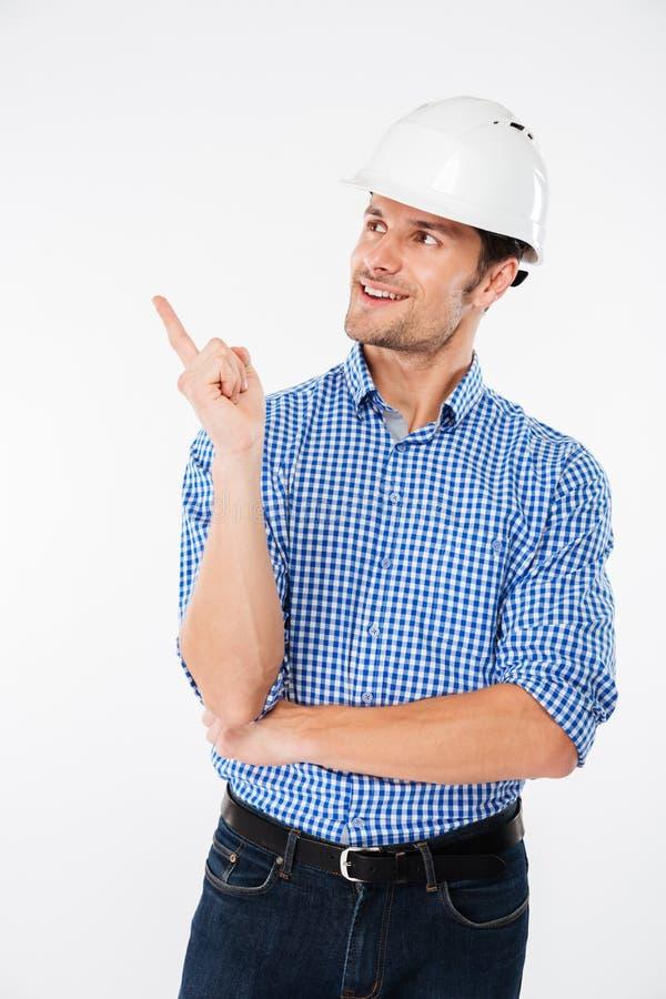 coordenador de construção do homem no capacete que aponta afastado fotos de stock royalty free