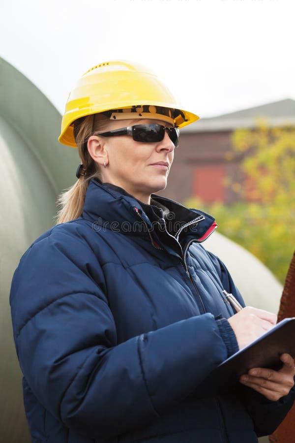 Coordenador de construção que toma notas imagem de stock